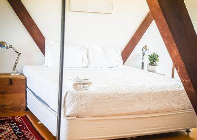 fremantle-loft-pakenham-accommodation-main-bed-2